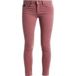 LOIS Jeans CORDOBA Jeans Skinny Fit marsala. Czerwone jeansy damskie marki LOIS Jeans, z bawełny. W wyprzedaży za 293,30 zł.