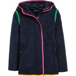 Benetton Kurtka zimowa dark blue. Niebieskie kurtki chłopięce zimowe marki Benetton, z materiału. W wyprzedaży za 161,85 zł.