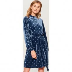 Welwetowa sukienka z paskiem - Niebieski. Czerwone sukienki z falbanami marki Mohito, l, w koronkowe wzory. Za 119,99 zł.
