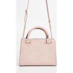 Torebka na łańcuszku - Różowy. Czerwone torebki klasyczne damskie marki Reserved, duże. W wyprzedaży za 29,99 zł.