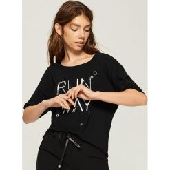T-shirt z aplikacją - Czarny. Czarne t-shirty damskie marki Sinsay, l, z aplikacjami. W wyprzedaży za 14,99 zł.