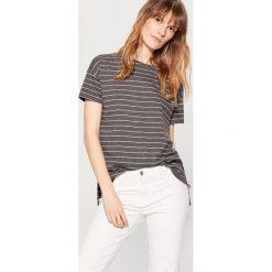 Koszulka z asymetrycznym dołem - Szary. Czerwone t-shirty damskie marki Mohito, z bawełny. Za 89,99 zł.