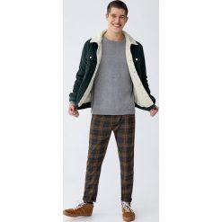 Sweter wykonany podwójnym ściegiem. Szare swetry klasyczne męskie Pull&Bear, m, z podwójnym kołnierzykiem. Za 109,00 zł.