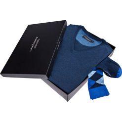 Zestaw Sweter plus Skarpety. Niebieskie skarpetki męskie marki LANCERTO, z bawełny. Za 149,80 zł.