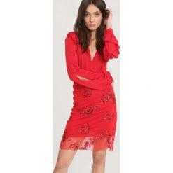 Czerwona Sukienka Unattached. Czerwone długie sukienki other, uniwersalny, z dzianiny, dekolt w kształcie v, z długim rękawem. Za 89,99 zł.