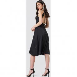 Adorée Sukienka midi Nora - Black. Czarne sukienki na komunię Adorée, z tkaniny, z dekoltem na plecach, midi. Za 485,95 zł.