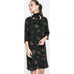 Vero Moda - Sukienka Parisian. Sukienki małe czarne marki Vero Moda, na co dzień, s, z poliesteru, casualowe, z okrągłym kołnierzem. W wyprzedaży za 69,90 zł.