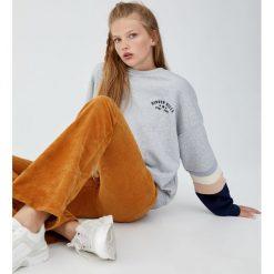 Bluza z haftem i panelami na rękawach. Szare bluzy damskie Pull&Bear, z haftami. Za 89,90 zł.