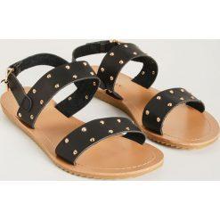 727fa56eb4987 Sandały z ćwiekami - Czarny. Czarne sandały damskie Sinsay, bez wzorów, bez  obcasa