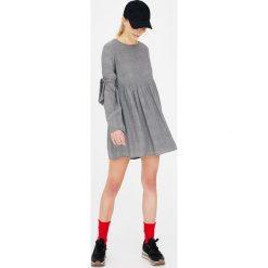 Sukienki: Sukienka z wiązaniami na rękawach
