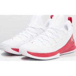 Jordan ULTRA FLY 2 LOW Obuwie do koszykówki white/gym red. Białe buty skate męskie Jordan, z materiału. W wyprzedaży za 383,20 zł.