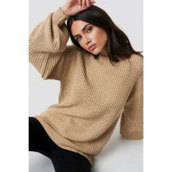NA-KD Dzianinowy sweter z obniżonymi ramionami - Beige. Brązowe swetry klasyczne damskie NA-KD, z dzianiny. Za 121,95 zł.