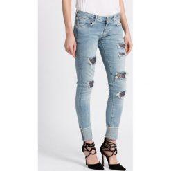 Guess Jeans - Jeansy. Niebieskie jeansy damskie marki Guess Jeans, z aplikacjami, z bawełny, z obniżonym stanem. W wyprzedaży za 379,90 zł.