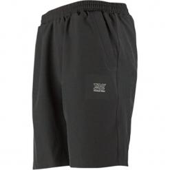 Szorty funkcyjne w kolorze czarnym. Czarne bermudy męskie TAO Sportswear, z materiału. W wyprzedaży za 99,95 zł.