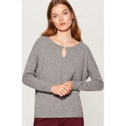 Sweter z biżuteryjnym detalem - Szary. Czerwone swetry klasyczne damskie marki Mohito, z bawełny. Za 69,99 zł.