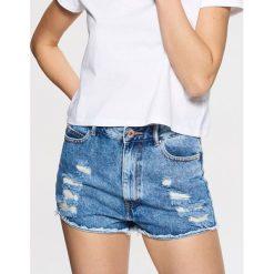 Jeansowe szorty z przetarciami - Niebieski. Niebieskie szorty jeansowe damskie marki Cropp. W wyprzedaży za 49,99 zł.