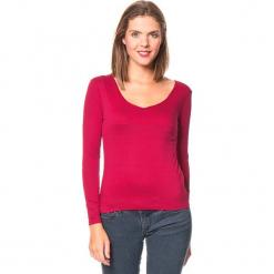 Koszulka w kolorze czerwonym. Czerwone bluzki z odkrytymi ramionami Assuili, klasyczne, z długim rękawem. W wyprzedaży za 45,95 zł.