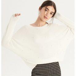 Luźny sweter z aplikacją - Kremowy. Białe swetry klasyczne damskie Sinsay, l. Za 69,99 zł.