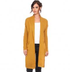 """Kardigan """"Liliane"""" w kolorze musztardowym. Żółte kardigany damskie marki Cosy Winter, s, prążkowane. W wyprzedaży za 159,95 zł."""