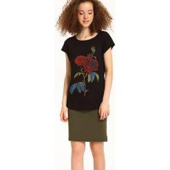 T-SHIRT KRÓTKI RĘKAW DAMSKI. Brązowe t-shirty damskie Top Secret, w kolorowe wzory. Za 14,99 zł.