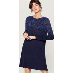 Swetrowa sukienka z metalizowaną nicią - Niebieski. Czerwone sukienki z falbanami marki Mohito, l, w koronkowe wzory. Za 139,99 zł.