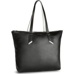 Torebka COCCINELLE - B15 Iphigenie E1 B15 11 01 01 Noir/Blanche 953. Czarne torebki klasyczne damskie Coccinelle, ze skóry. W wyprzedaży za 689,00 zł.