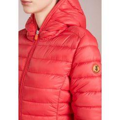 Save the duck GIGA Kurtka zimowa cranberry red. Czerwone bomberki damskie Save the duck, na zimę, l, z materiału. Za 619,00 zł.