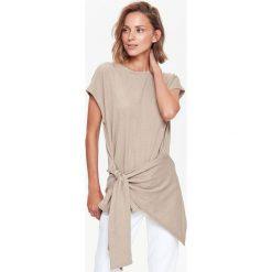 BLUZKA DZIANINOWA Z WIĄZANIEM. Szare bluzki z odkrytymi ramionami marki Top Secret, eleganckie, z chokerem. Za 44,99 zł.