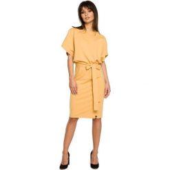 Żółta Sukienka Przewiązana Paskiem z Nietoperzowym Krótkim Rękawem. Żółte sukienki dresowe Molly.pl, l, w jednolite wzory, z dekoltem w łódkę, z krótkim rękawem, mini, dopasowane. Za 139,90 zł.