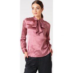 Rut&Circle Satynowa koszula Maya - Pink. Różowe koszule wiązane damskie Rut&Circle, z poliesteru, z długim rękawem. Za 141,95 zł.
