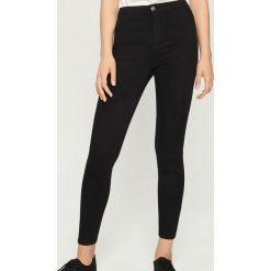 Jeansy skinny high waist - Czarny. Czarne spodnie z wysokim stanem Sinsay, z jeansu. Za 49,99 zł.