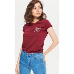 Koszulka z nadrukiem - Bordowy. Czerwone t-shirty damskie marki Cropp, l, z nadrukiem. Za 19,99 zł.