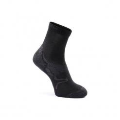 Skarpety do marszu sportowego/nordyckiego SK 500 Warm czarne. Czarne skarpetki męskie marki NEWFEEL, z elastanu. Za 24,99 zł.