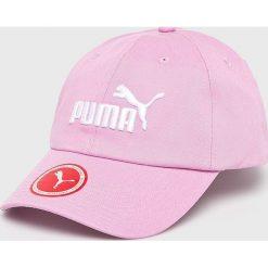 Puma - Czapka. Różowe czapki z daszkiem damskie Puma, z bawełny. W wyprzedaży za 49,90 zł.