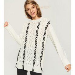 Ażurowy sweter z aksamitną wstążką - Kremowy. Białe swetry klasyczne damskie Sinsay, l. Za 79,99 zł.
