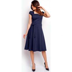 Granatowa Wyjściowa Rozkloszowana Sukienka z Dekoltem Karo. Niebieskie sukienki balowe marki Molly.pl, do pracy, l, z dekoltem na plecach, mini, dopasowane. W wyprzedaży za 105,93 zł.