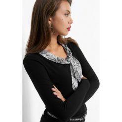 Bluzka wiązana przy dekolcie. Czarne bluzki asymetryczne Orsay, z dzianiny, z kontrastowym kołnierzykiem. Za 99,99 zł.