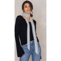 Szaliki damskie: NA-KD Accessories Wąski szalik w paseczki - White,Multicolor