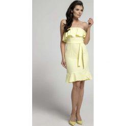 Żółta Koktajlowa Sukienka Typu Hiszpanka z Paskiem. Szare sukienki balowe marki Molly.pl, l, w koronkowe wzory, z koronki, z dekoltem typu hiszpanka, z krótkim rękawem, midi, dopasowane. W wyprzedaży za 92,91 zł.