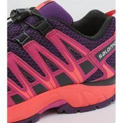 Salomon XA PRO 3D Obuwie do biegania Szlak cosmic purple/deep dalhia/coral punch. Fioletowe buty sportowe chłopięce marki Salomon, z gumy, do biegania. W wyprzedaży za 195,30 zł.