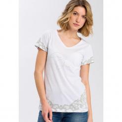 Koszulka w kolorze białym. Białe t-shirty damskie marki Cross Jeans, s, z nadrukiem, z bawełny, z okrągłym kołnierzem. W wyprzedaży za 22,95 zł.
