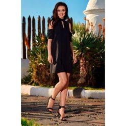 Sukienka z odkrytymi ramionami czarna KALI. Czarne sukienki balowe marki Lemoniade, na imprezę, z materiału, w kształcie a. Za 159,90 zł.