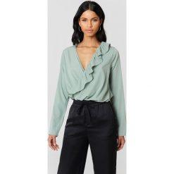 Bluzki damskie: NA-KD Boho Bluzka z asymetryczną falbaną – Green