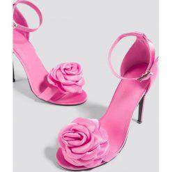 Galore x NA-KD Szpilki z ozdobnymi różami - Pink. Różowe szpilki marki Galore x NA-KD, w paski, na wysokim obcasie. W wyprzedaży za 48,59 zł.