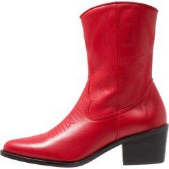 L'INTERVALLE TAHOMA Botki kowbojki i motocyklowe red. Czerwone botki damskie na zamek L'INTERVALLE, z materiału. Za 629,00 zł.