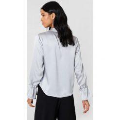 Rut&Circle Plisowana koszula Maci - Silver. Szare koszule wiązane damskie marki Rut&Circle, z poliesteru, z długim rękawem. Za 121,95 zł.