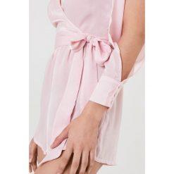 FAYT Kombinezon Kade - Pink. Różowe kombinezony z printem FAYT, z poliesteru, dekolt w kształcie v. Za 192,95 zł.