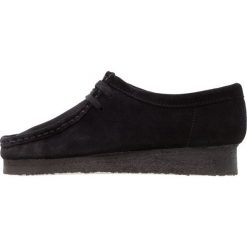 Clarks Originals WALLABEE Sznurowane obuwie sportowe black. Czarne buty sportowe damskie Clarks Originals, z materiału. W wyprzedaży za 503,20 zł.