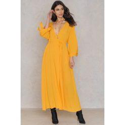 Długie sukienki: NA-KD Boho Sukienka z wiązanym rękawem - Yellow