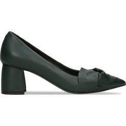 Czółenka AIKO. Zielone buty ślubne damskie Gino Rossi, w geometryczne wzory, ze skóry, na słupku. Za 199,90 zł.